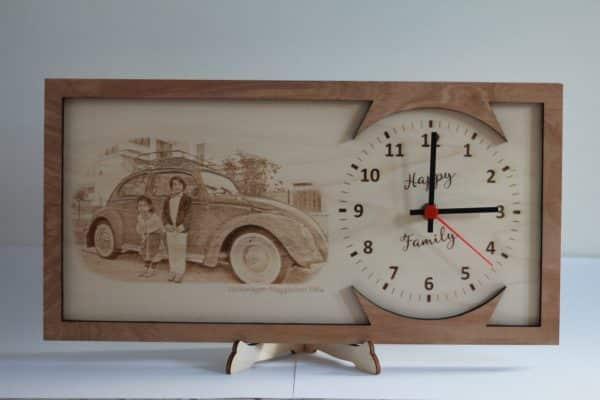 Foto incisa su legno con orologio da tavolo