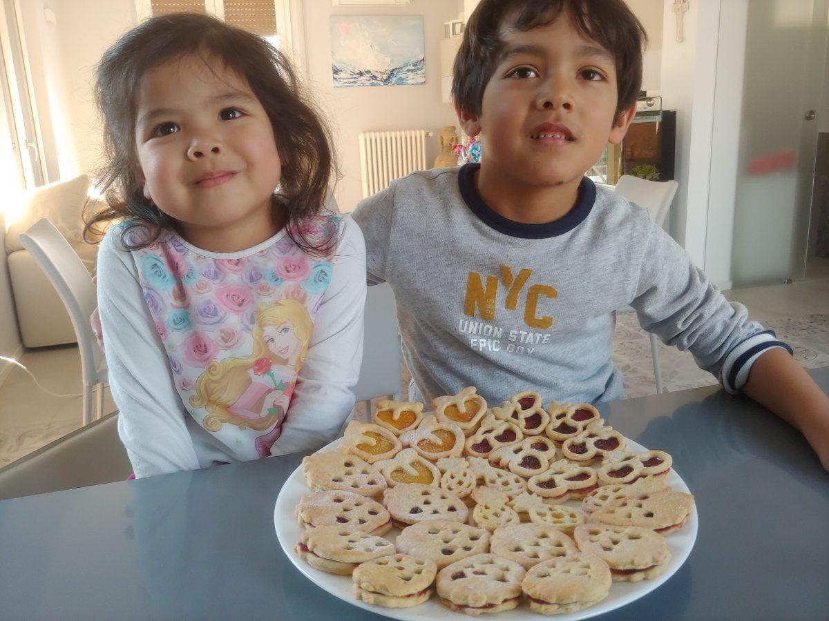Biscotti ripieni preparati dai bambini